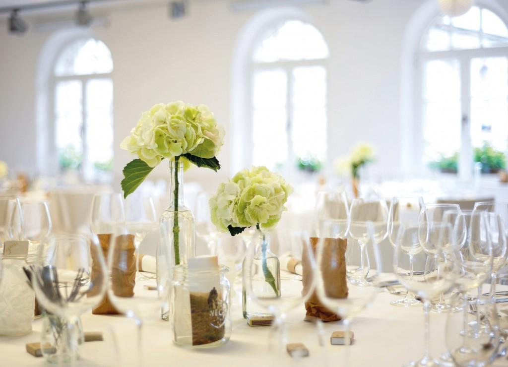 festlicher tisch mit hortensien